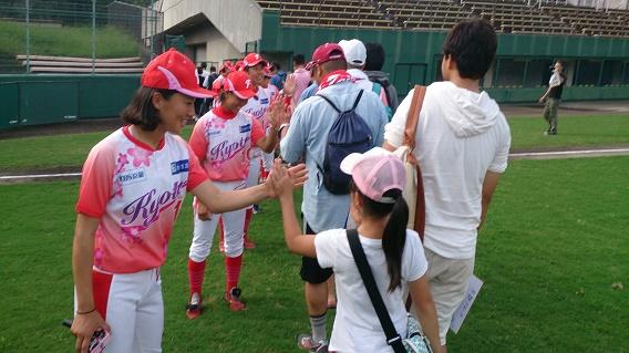 京都フローラ、選手とハイタッチ