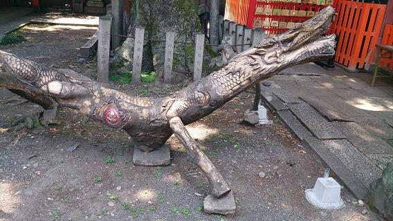ご神木でチェーンソーアート「龍」